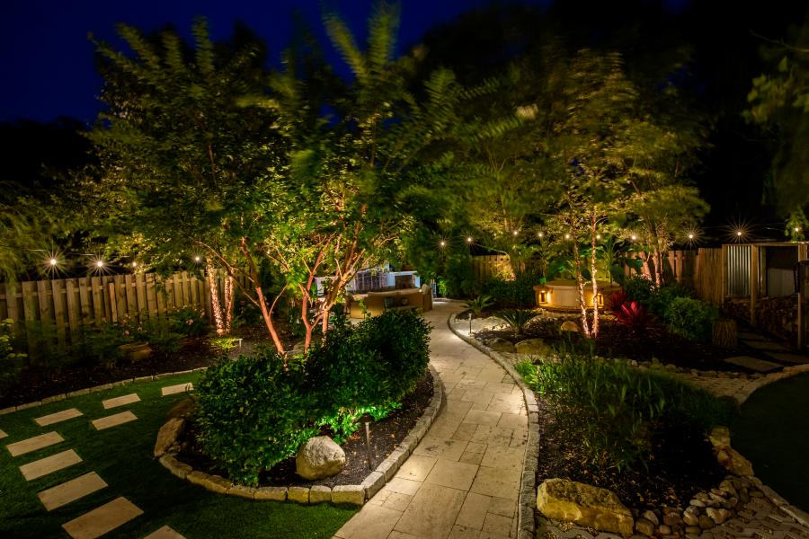 Ánh sáng làm rực rỡ khu vườn của bạn khi trời tối