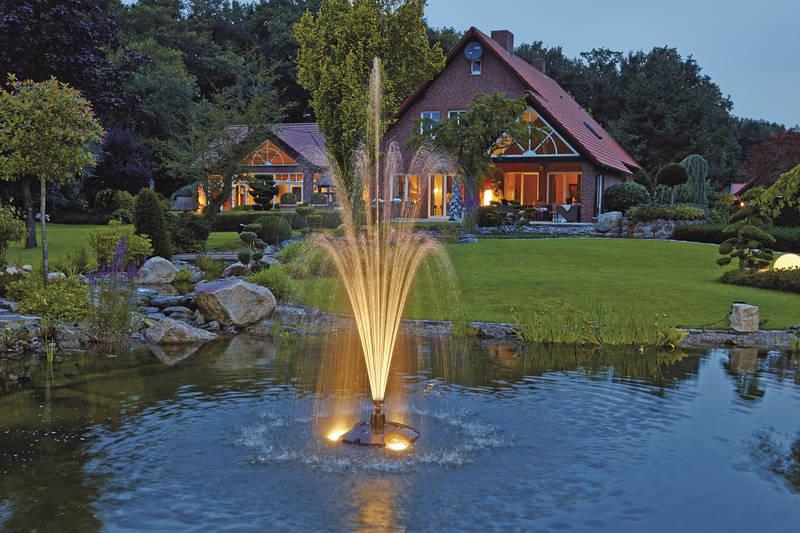Một đài phun nước xinh đẹp là điểm nhấn cho khu vườn